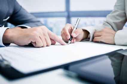 Bild von Vertragsunterzeichnung symbolisiert Vertrags- und Vermögensrecht